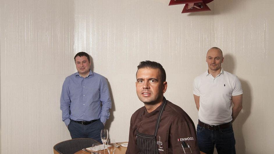 Vrcholový manažer skupiny RSJ Michal Šaňák (vpravo), šéfkuchař Radek Kašpárek (uprostřed) aprovozní šéf Fieldu Miroslav Nosek.