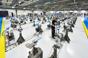 Roboti z dánské továrny musí po dokončení dva dny cvičit se závažím