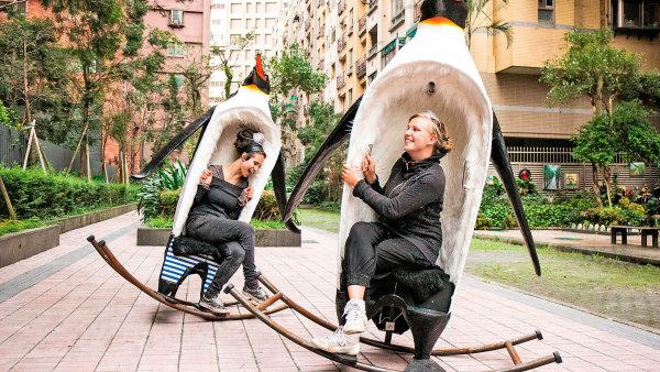 Plastiky Swinguins (2015) vytvořila Josefína Jonášová (vlevo) sVeronikou Durovou naTchaj-wanu.