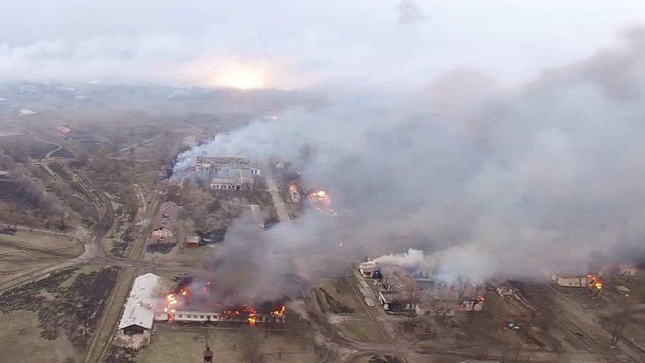 Dron natočil zkázu po výbuchu muničního skladu na Ukrajině.
