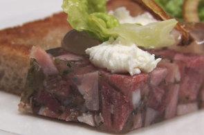 Podívejte se, jak v restauraci Pod Věží připravují tlačenku povýšenou na luxusní pokrm
