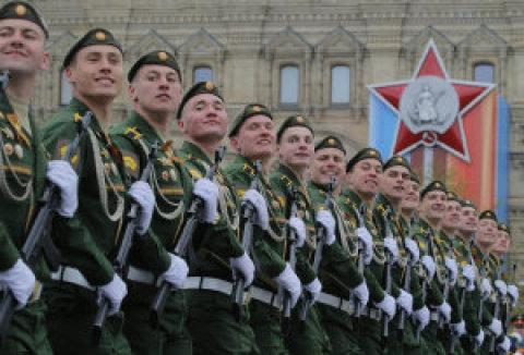 Moskva a další ruská města si včera vojenskou přehlídkou připomněla Den vítězství nad nacismem.