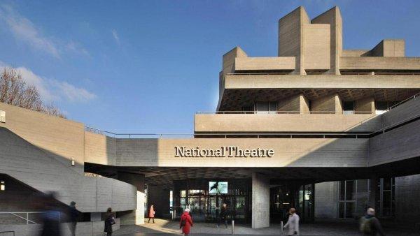 Národnímu divadlu v Londýně (na snímku) klesne podpora od Anglické rady umění o 500 tisíc liber ročně.