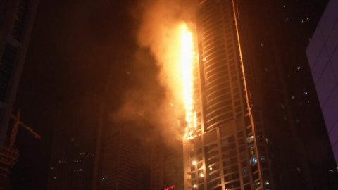 V_Dubaji_horel_slavny_mrakodrap_The_Torch_Pochoden_._Patri_k_nejvetsim_obytnym_budovam_na_svete.jpg