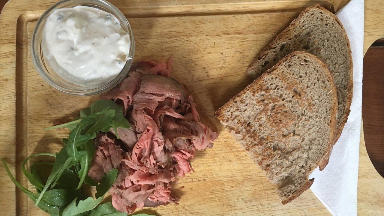 Roastbeef s opečeným chlebem v restauraci Na tý louce zelený.