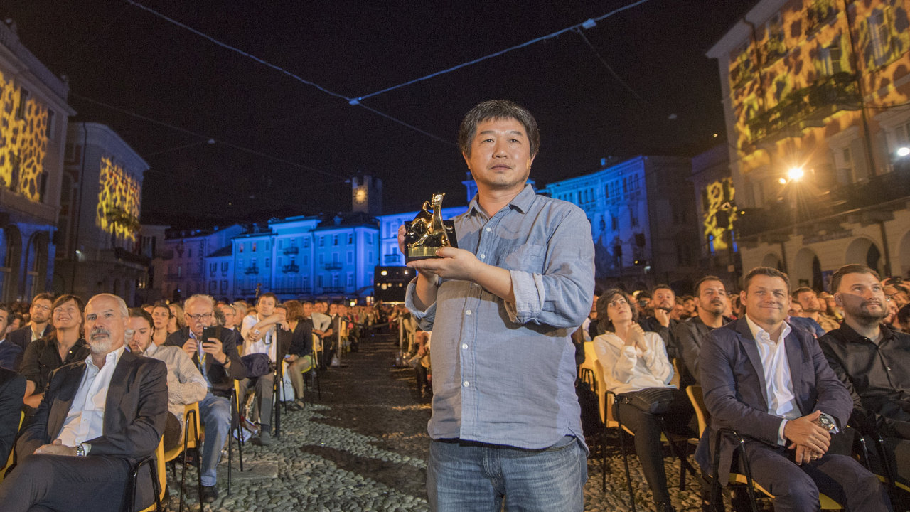 Na snímku padesátiletý čínský režisér Wang Ping pózuje s cenou, kterou získal na sobotním závěrečném ceremoniálu festivalu v Locarnu.