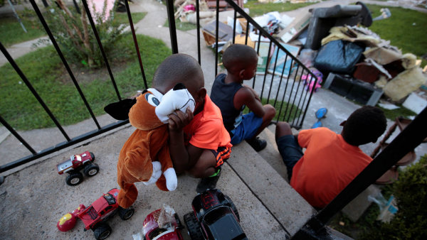 Kdo to tady opraví? Při návštěvě hurikánem poničeného Houstonu prezident Trump slíbil, že všechny nedávno postižené regiony se brzy postaví nanohy, adokonce je to nakopne knovému blahobytu.