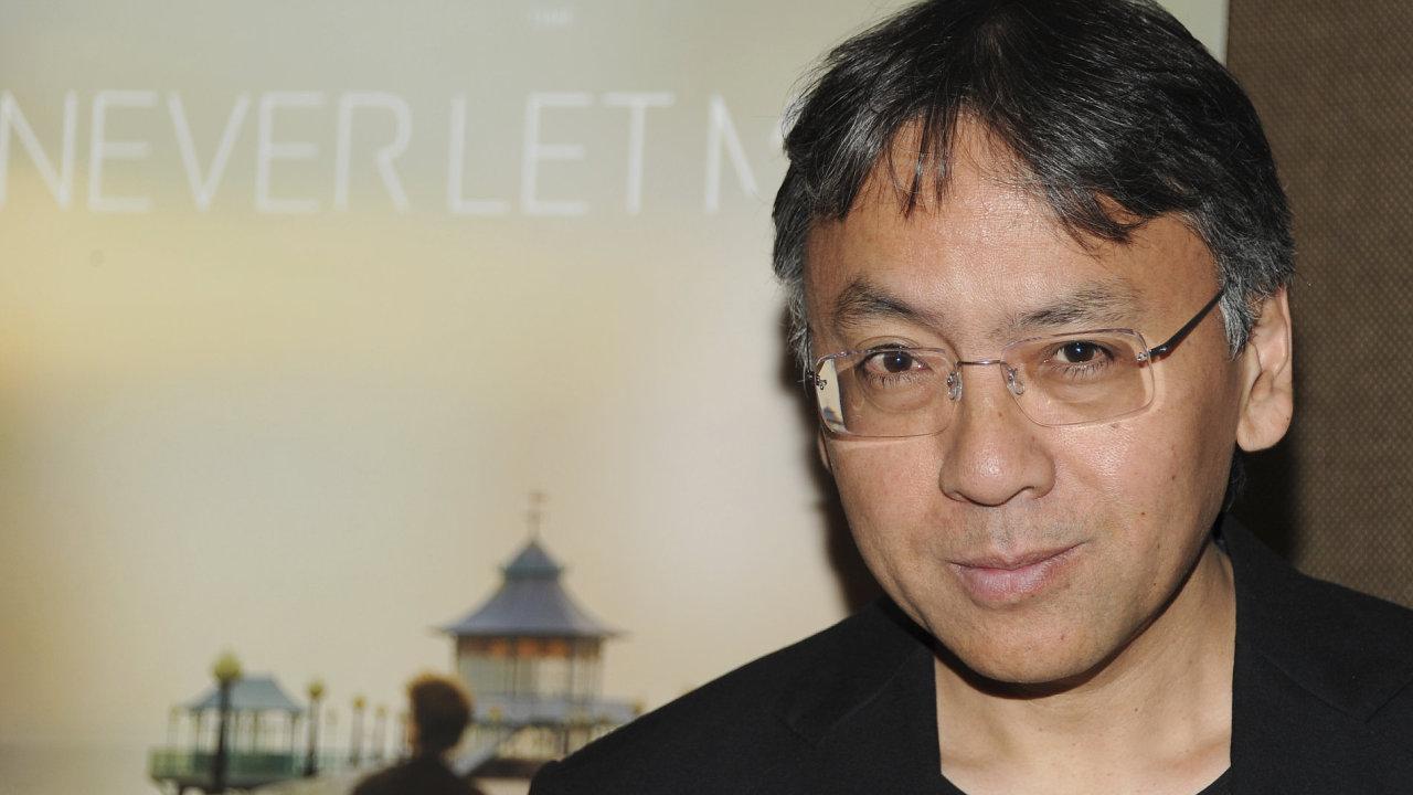 Kazuo Ishiguro je na sedm let starém snímku z New Yorku, kde byl na filmové premiéře adaptace své knihy Neopouštěj mě.
