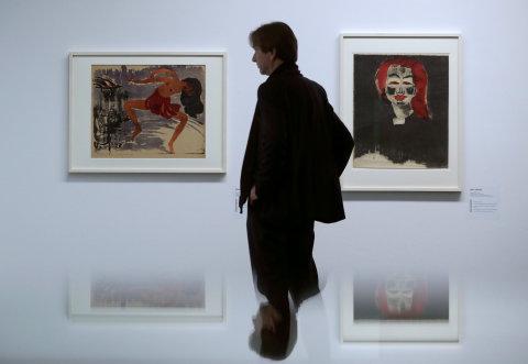 Na snímku z výstavy v Bernu jsou litografie Taenzerin a Junge Daenin od německého výtvarníka Emila Noldeho.
