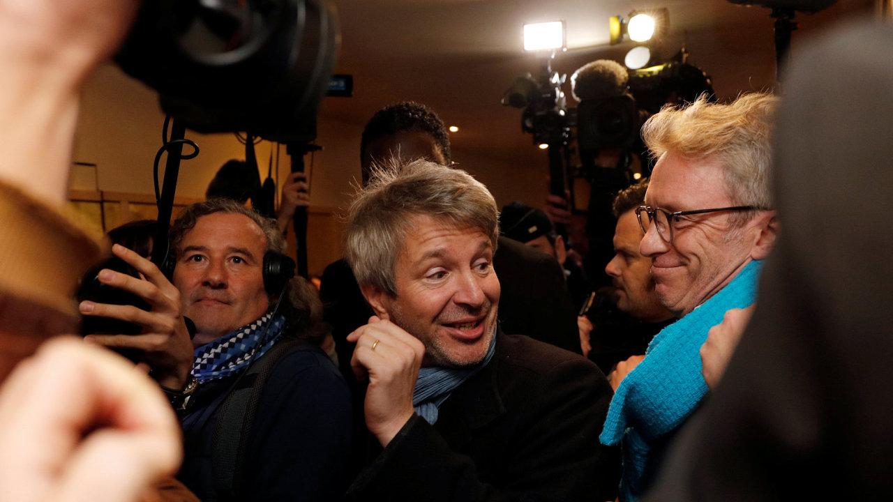 Na snímku z pařížské restaurace Drouant, kde se setkává porota Goncourtovy ceny, je letošní laureát Eric Vuillard (uprostřed).