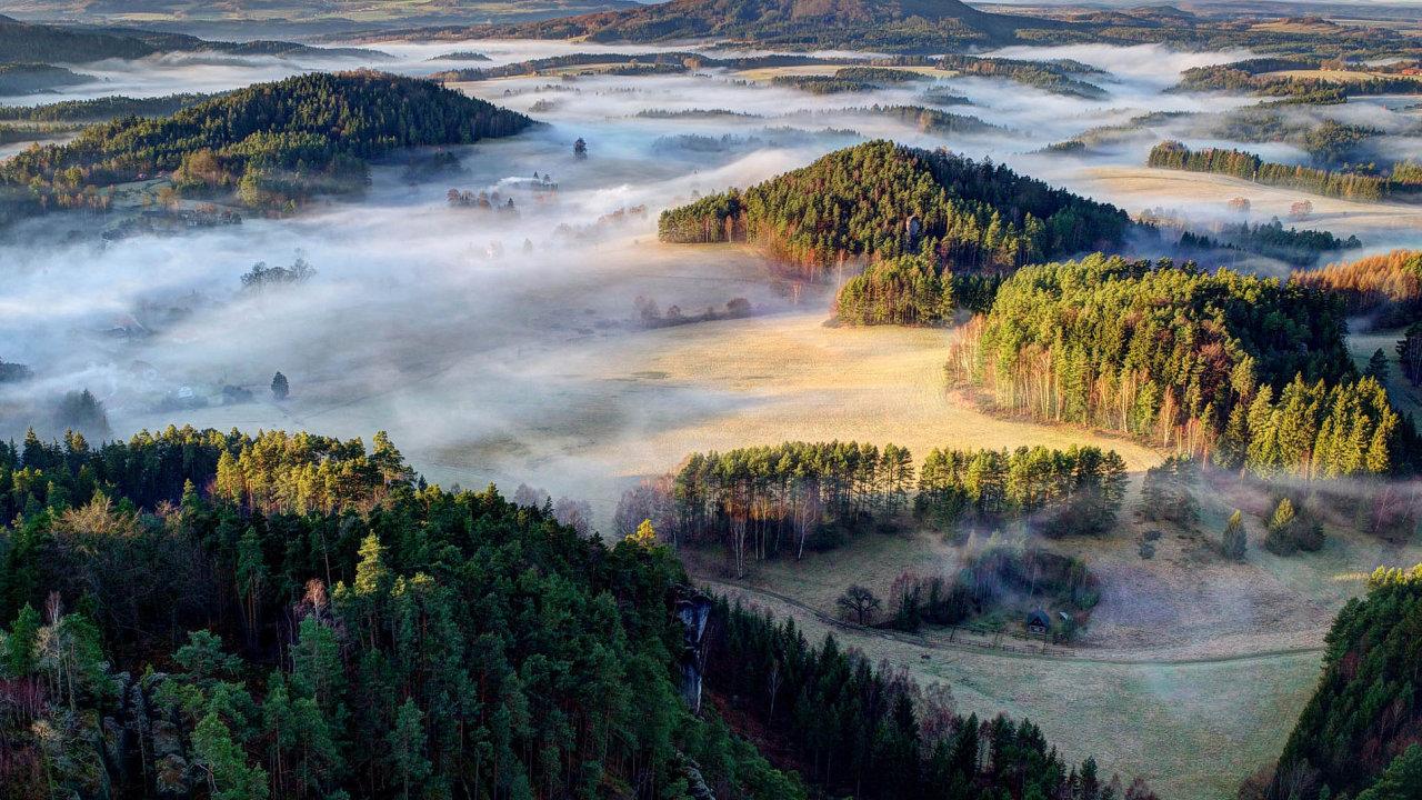 Filip Molčan coby ranger Národního parku České Švýcarsko po tamních kopcích nejen chodí, ale pořizuje zde i dechberoucí snímky.