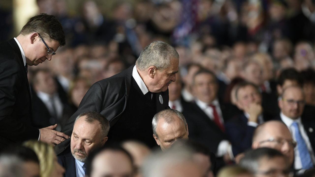 Poslanci TOP 09 Jiří Pospíšil (vlevo) a Karel Schwarzenberg opouštějí Vladislavský sál Pražského hradu při projevu prezidenta Miloše Zemana během jeho druhé inaugurace 8. března 2018.
