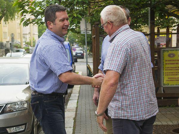 Jana Hamáčka vítá Tomáš Vlach, šéf krajské ČSSD.