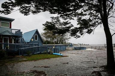 Hurikán Florence udeřil v plné síle na americkém pobřeží. Vyžádal si nejméně 17 obětí, stovky tisíc domácností jsou bez proudu