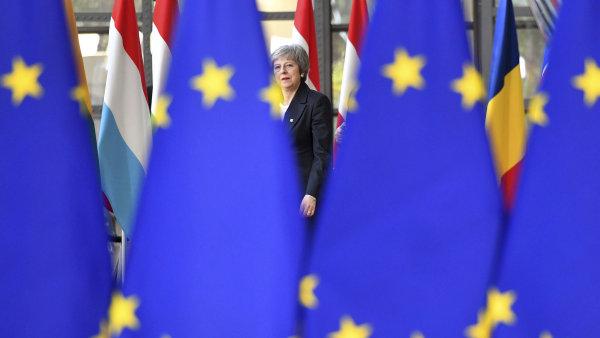 Přečtěte si konečně dohodu o brexitu, vzkázali lídři EU Britům. Mayová jede domů skoro s prázdnou, hrozí divoký brexit