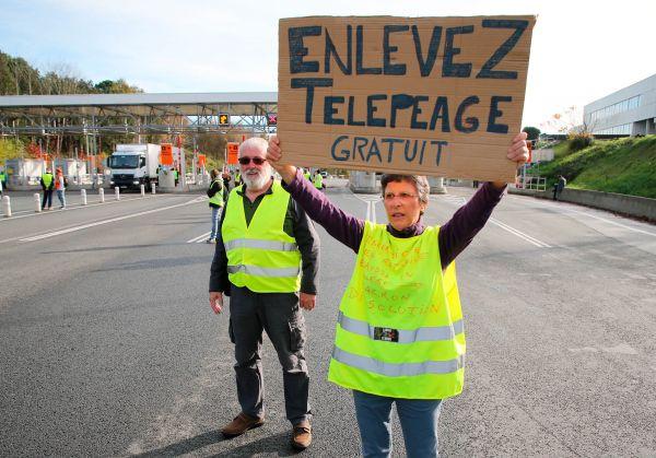 Žluté vesty protestují nejen proti vysokým cenám paliv, ale celkově vyšším životním nákladům. Nelíbí se jim ani vyšší mýtné. Nasnímku demonstranti umýtných bran uBiarritzu najihu Francie.