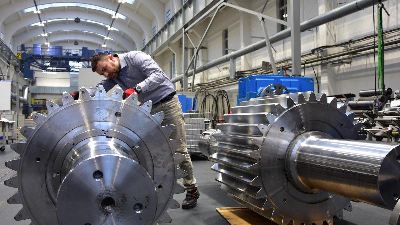 Výroba v závodě firmy Wikov. Na snímku zaměstnanec firmy pracuje na předloze pohonu věnce cementárenského mlýna.
