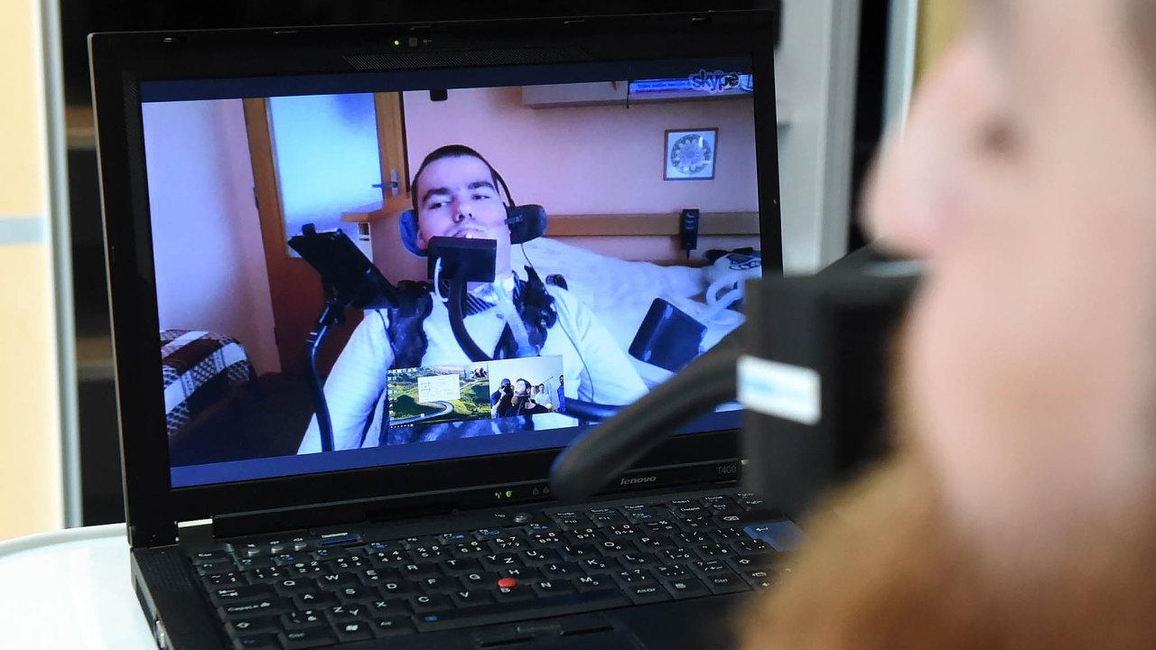 Bez ústní myši ani slovo: Myš MouthMouse používají handicapovaní kovládání počítače, telefonu nebo světla. Pomocí ní ovládal Jiří Jambor na konferenci Inspo vPraze asistenčního robota Eiffela.