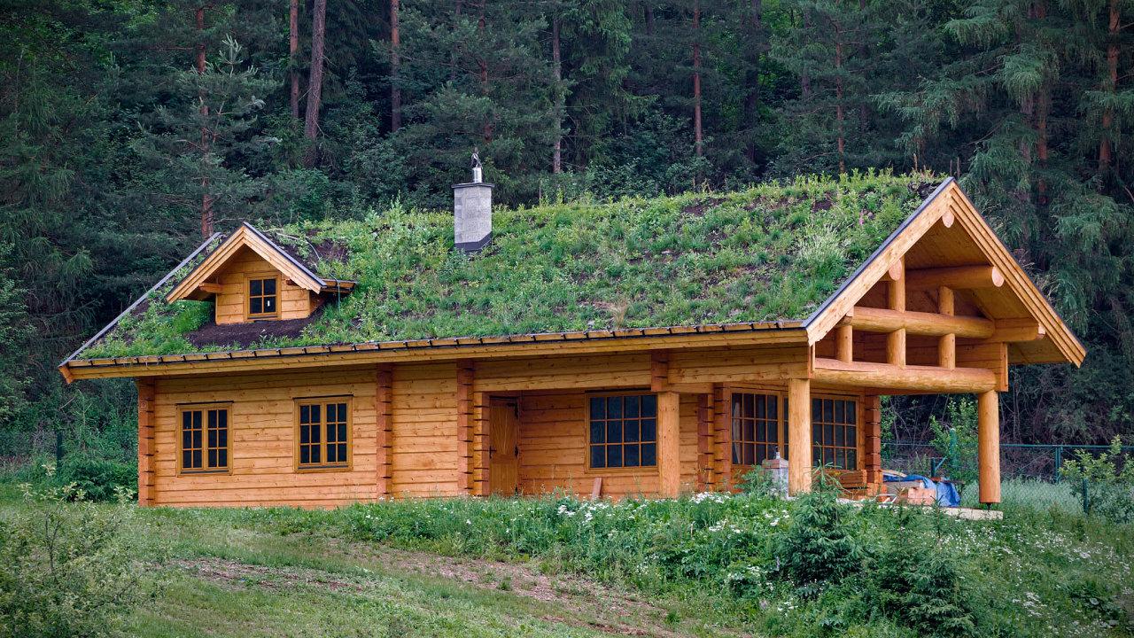 Na venkově rostou sruby: Zatímco v okolí měst dávají lidé přednost dřevostavbám na klíč, v odlehlejších částech Česka roste zájem o sruby.