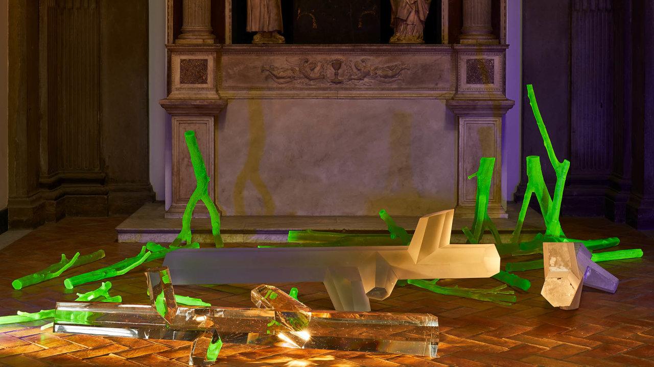Sacred Geometry odčeského designéra Ronyho Plesla tvoří skleněné objekty před renesančním oltářem.