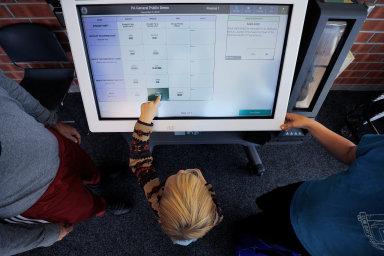 Digitál místo analogu. Veřejné elektronické hlasování je vedle on-line systémuověřených voličských IP adres jednou z variant, jak nahradit vhazování hlasovacích lístků douren.
