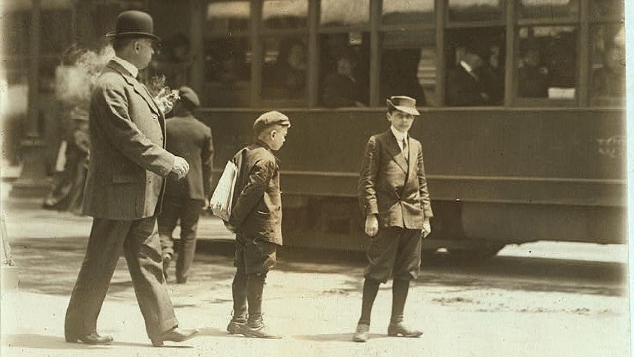 Malý prodavač novin v St. Louis, Missouri. Rok 1910.