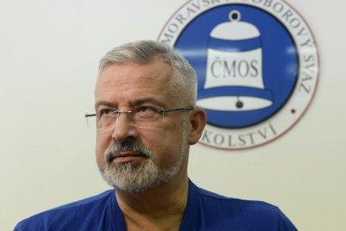 Předseda školských odborů František Dobšík slibuje, že odbory budou sledovat přísuny peněz do školských pokladen od státu.