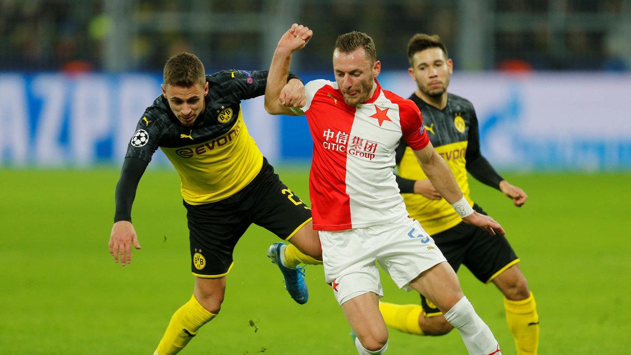 Překvapením byly výkony pražské Slavie, přestože je letos zevropských pohárů vyřazena (vpravo dole bojuje Vladimír Coufal se dvěma protihráči zBorussie Dortmund).