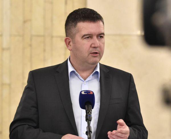 Ministr vnitra a šéf ČSSD Jan Hamáček se kvůli kauze dětí bez doprovodu dostal pod tlak veřejnosti, když se ukázalo, že jeho úřad nereagoval nazářijovou prosbu Řecka opomoc