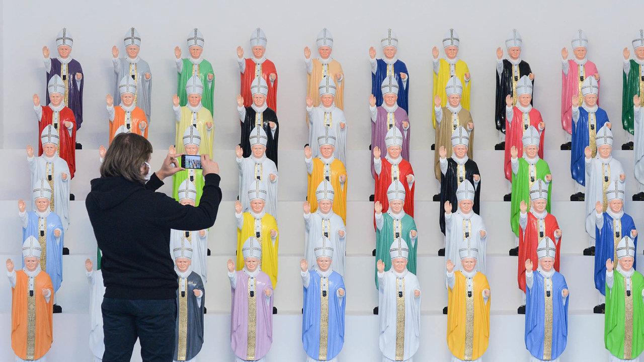 Sošky Jana Pavla II. zaktuální výstavy Papež vkrakovském Muzeu současného umění MOCAK.