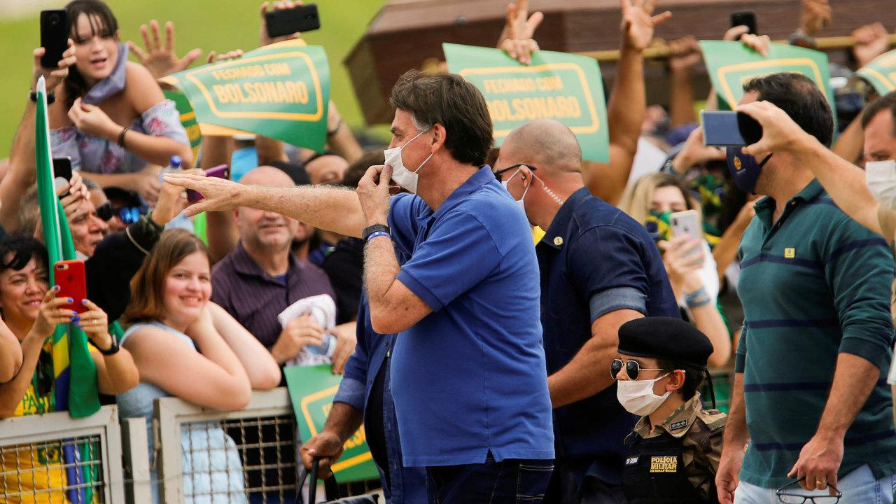 Prezident Bolsonaro vybízí Brazilce, aby nedodržovali karanténu achodili dopráce jako dřív. Sám, kromě roušky, protipandemická opatření ignoruje aobavy lidí znemoci opakovaně zlehčuje