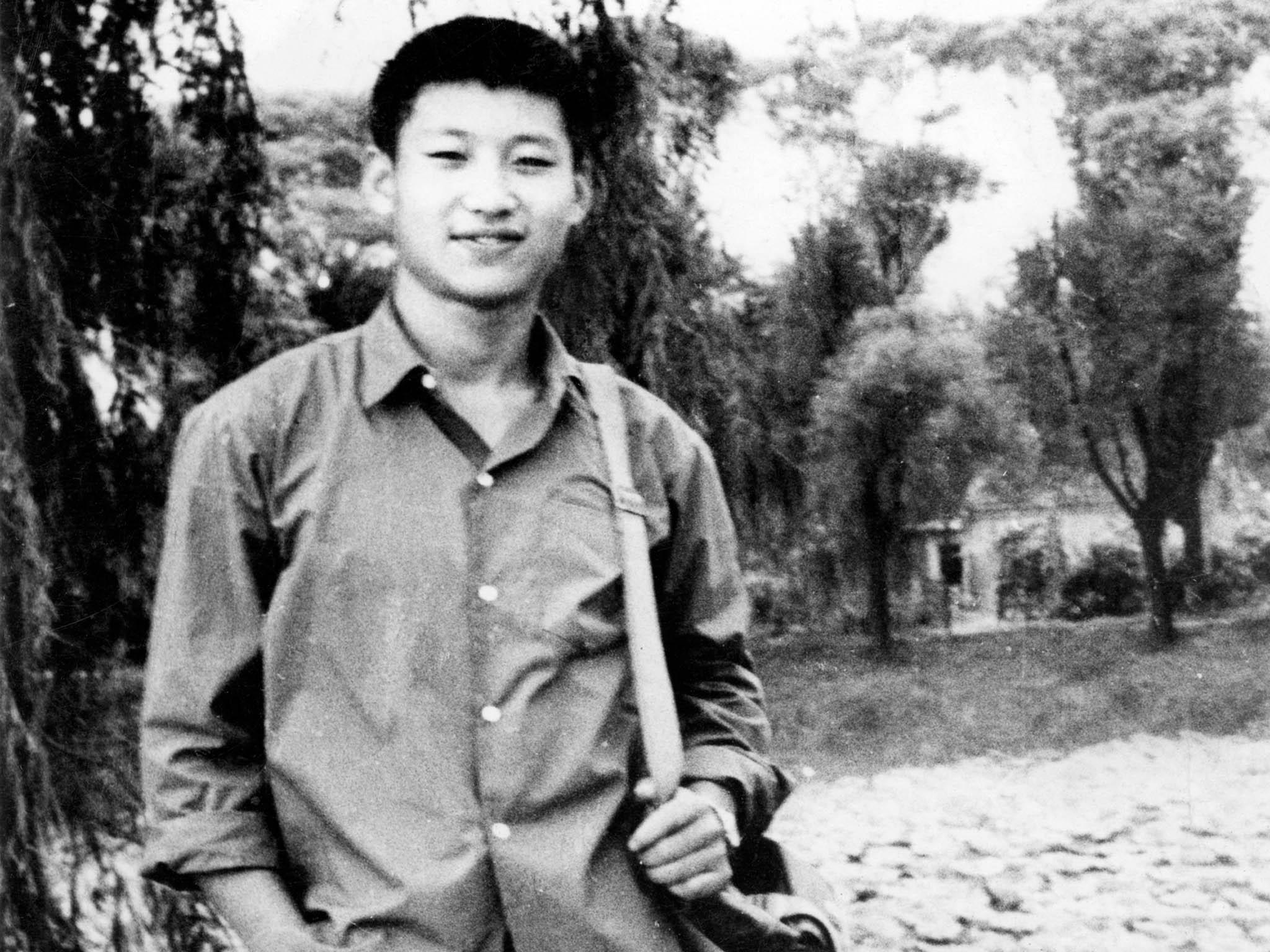 Mládí Si Ťin-pchinga (na snímku zroku 1972 mu bylo 19 let) poznamenalo politické zavržení jeho otce akariéru začal budovat až pootcově rehabilitaci vroce 1978.