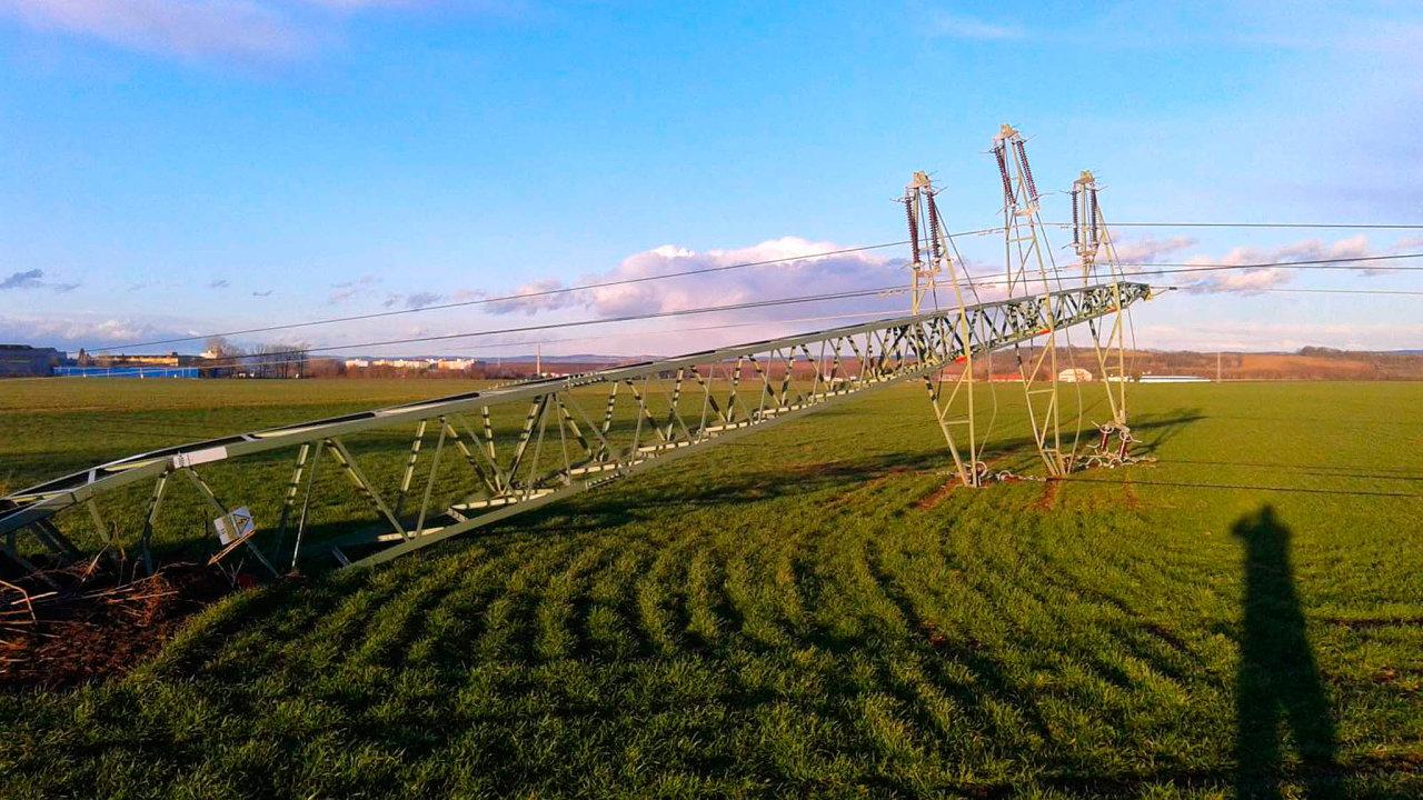 Silný vítr vyvrátil 10. února 2020 stožár vysokého napětí poblíž Lutína na Olomoucku. V kraji byly bez elektrického proudu tisíce domácností.