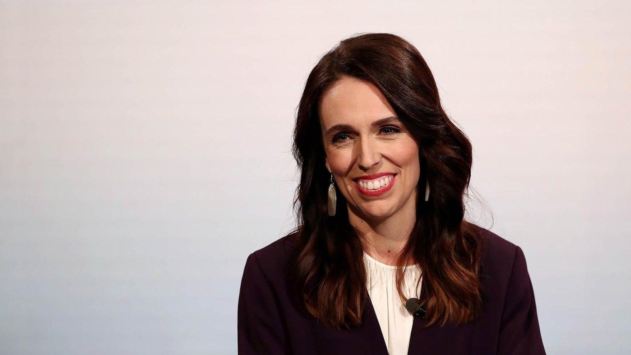 Velkého uznání nejen Novozélanďanů seArdernové dostalo zato, jak zvládla koronavirovou pandemii. Ukázala, že senebojí nepopulárních kroků, které ale dokáže věcně vysvětlit adoplnit přívětivostí.