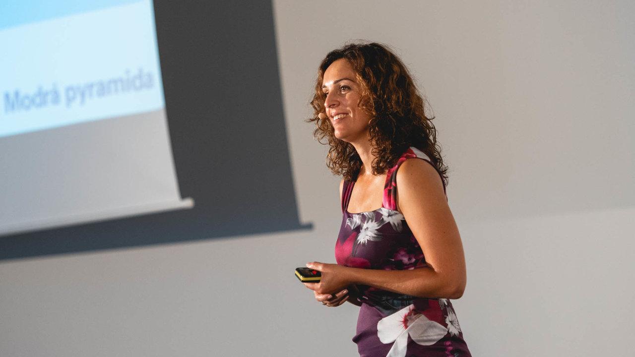 Ilona Katzová sbírala pracovní zkušenosti narůzných pozicích veskupině Komerční banky, posledních několik let stojí uzrodu arozvoje oblasti zákaznické zkušenosti vModré pyramidě.