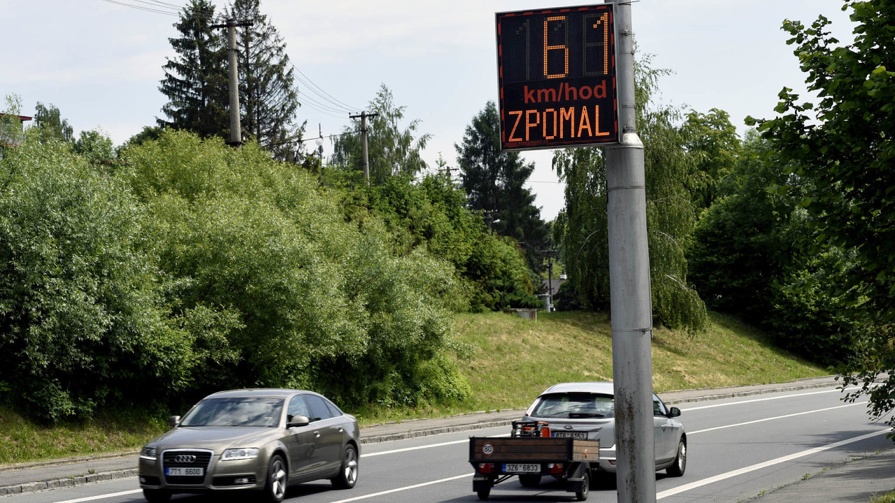Radary bez obsluhy. Trestat majitele vozidla zato, že při řízení jeho automobilu byl spáchán přestupek, je možné odroku 2011 aobce toho využívají.