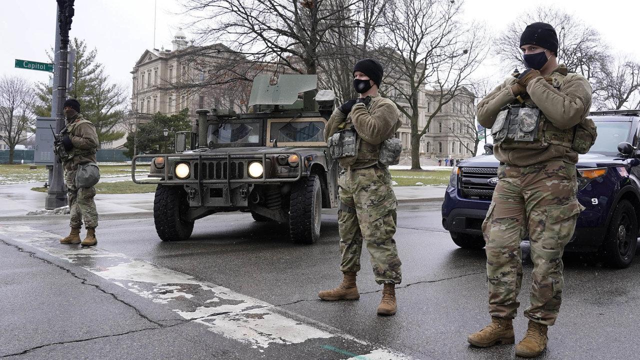 Okolí kapitolu vLansingu, hlavním městěamerického státu Michigan, hlídají členové Národní gardy a jejich obrněná vozidla.
