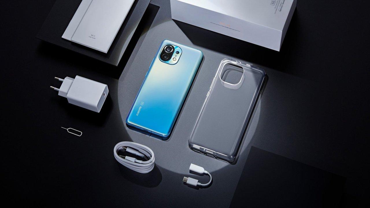 Xiaomi Mi 11 s kompletním obsahem balení, které zahrnuje moderní nabíječku i obal