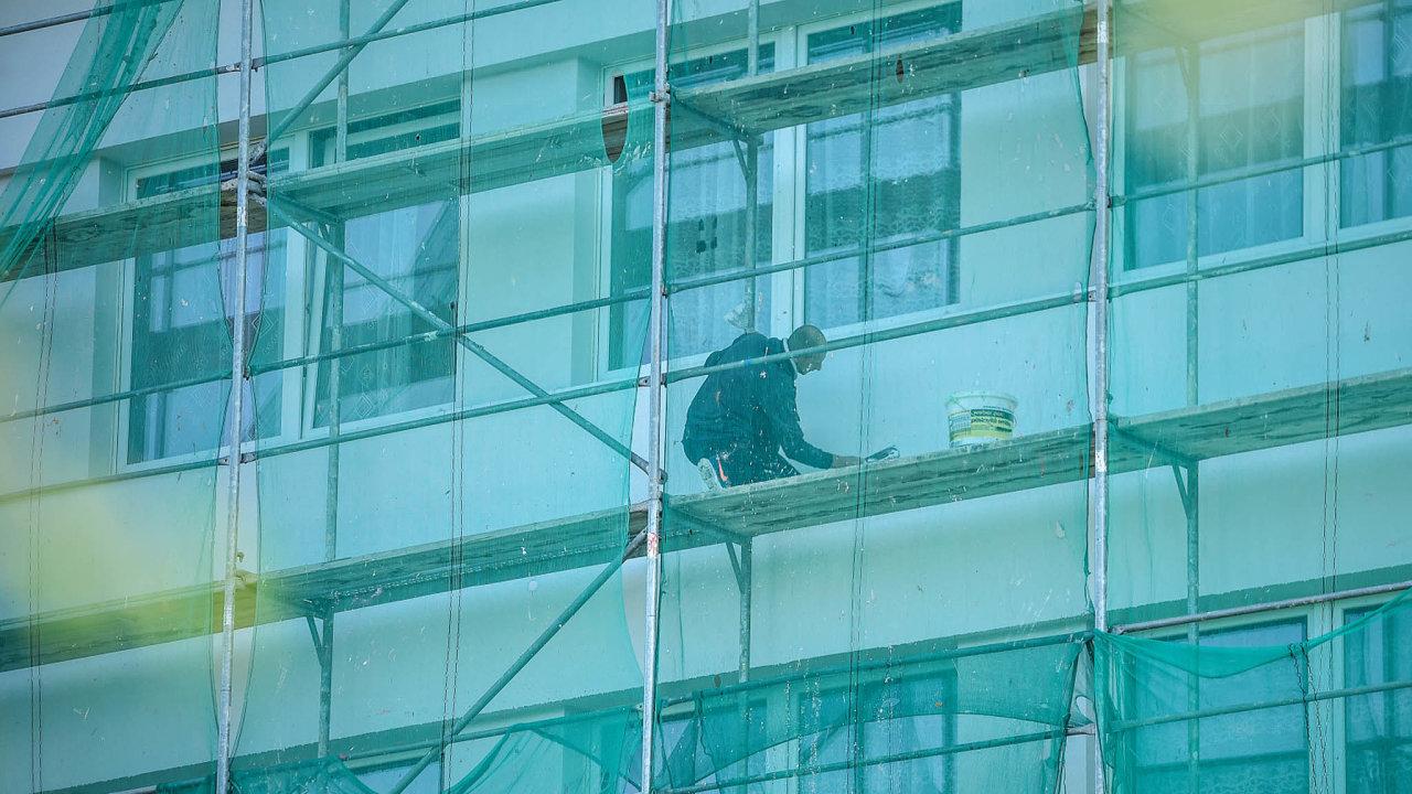 Zájem o zateplování budov je přímo úměrný dotacím, které na ně poskytuje stát. Toky peněz ale vysychají a na všechny zájemce se zdaleka nedostane.