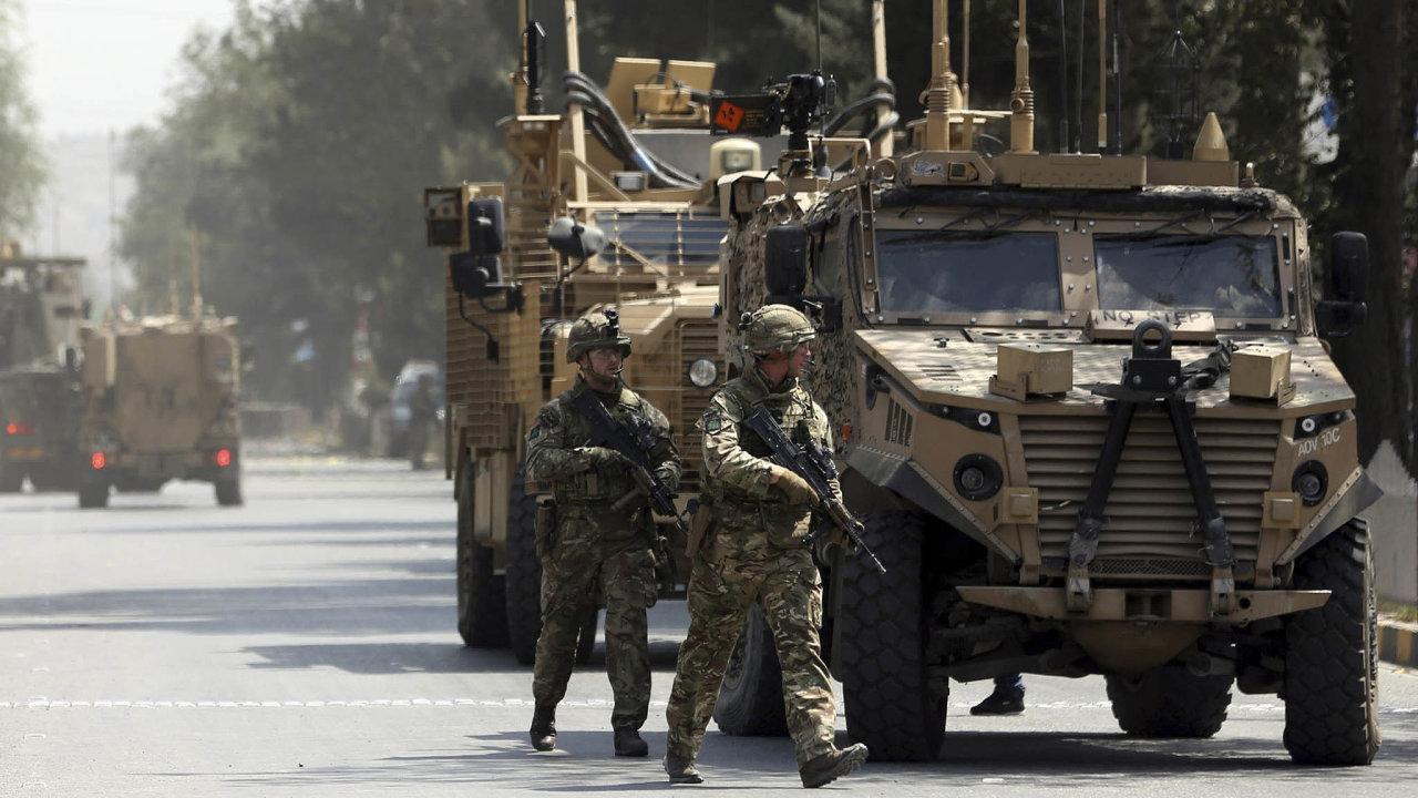 Jednotky NATO minulý čtvrtek, kdy došlo kteroristickému útoku Tálibánu. Mezi dvanácti oběťmi byl iamerický voják. Důvod, anebo záminka, proč prezident Trump ukončil mírová jednání sTálibánem.