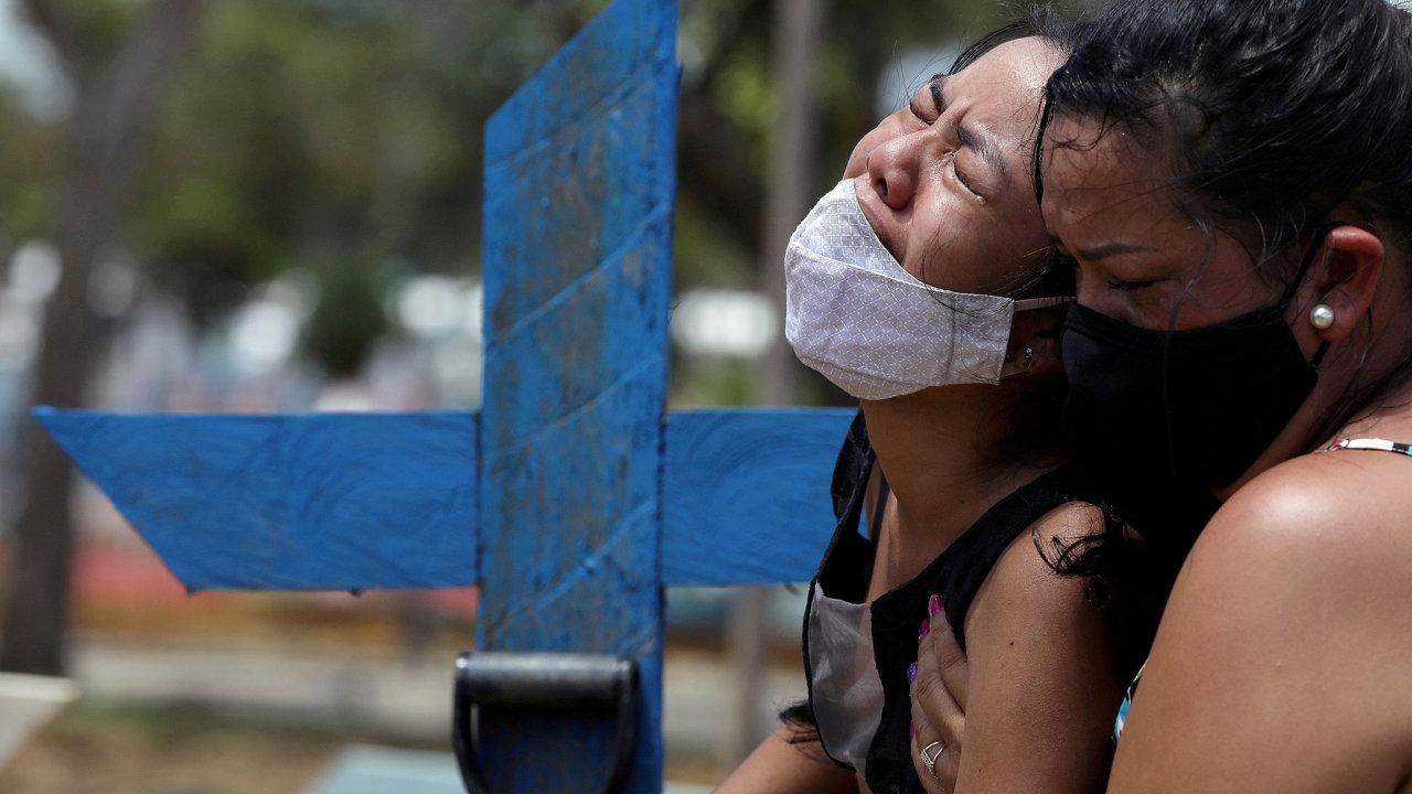 V brazilském městě Manaus, které je branou do Amazonie, přibývá zemřelých s covidem. Pozůstalí truchlí na hřbitově Parque Taruma.