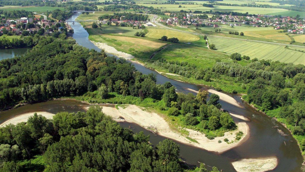 Letecký snímek chráněných meandrů řeky Odry.