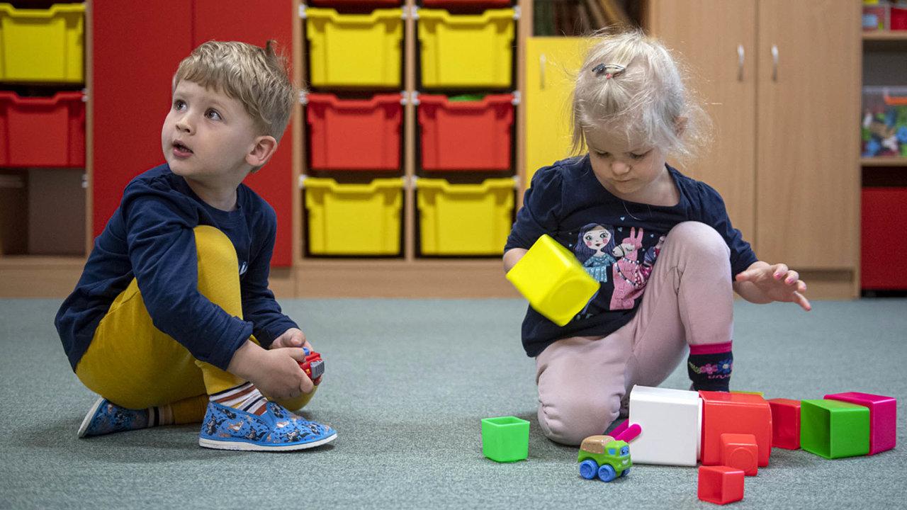 Mateřské školy mají na mnoha místech v Česku letos problém uspokojit zájem rodičů o umístění dětí.