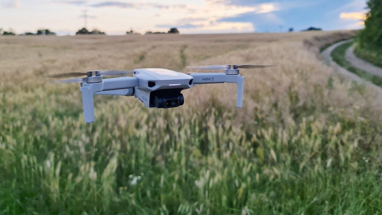 Létání s dronem nezkazí ani přísnější legislativa, většinou stačí nelétat nad cizími lidmi
