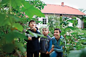 Jiné jídlo z jiné zahrady. (Petra Vodenková se syny) / foto Milan Jaroš