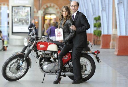 Spisovatel Jeffery Deaver představil v Londýně novou bondovku Carte Blanche – na motorce a s modelkou
