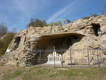 Páter Prášek nechal v obci zbudovat i kopii Lurdské jeskyně.