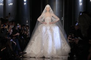 To nejlepší z přehlídek haute couture: Čtyři děti pod sukní, květinový Dior a šaty pro bohyni