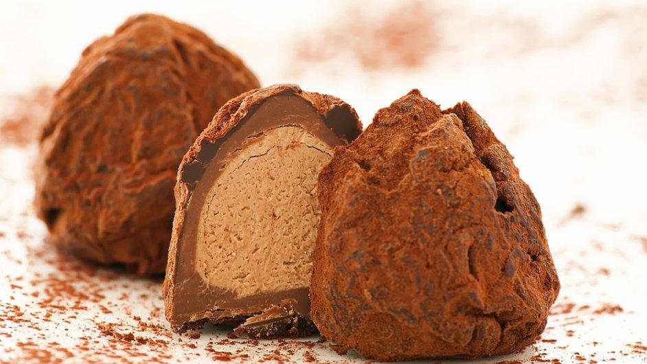 Kvalitní kakaový prášek na povrchu čokoládového lanýže krásně kontrastuje s měkkou a sladkou náplní.