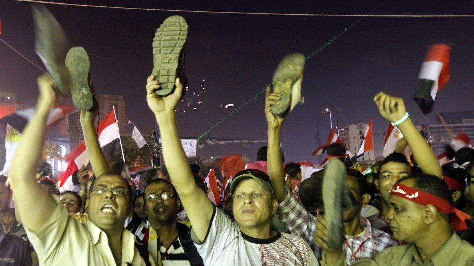 I v noci Egypt protestoval proti svému prezidentovi.